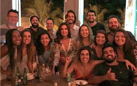 Casal posou com amigos no Bar Sobe, localizado no Jardim Botânico