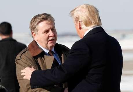 Candidato republicano Rick Saccone recebe o presidente dos EUA, Donald Trump, em Pittsburgh, Pensilvânia.  18/01/2018. REUTERS/Kevin Lamarque