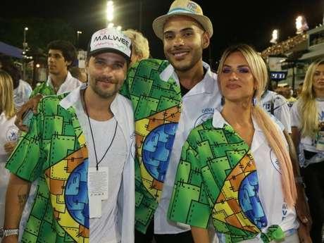 Bruno Gagliasso e Giovanna Ewbank posaram com o blogueiro Hugo Gloss no desfile da Beija-Flor