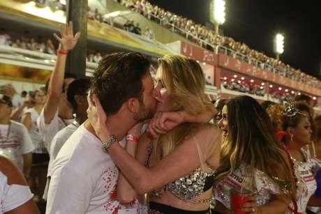 Bárbara Evans esteve no maior love na noite carioca, na Sapucaí