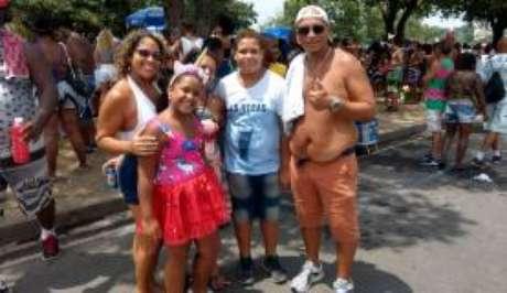 O casal Natália Cleto e André Cleto e os filhos aproveitaram o último dia de carnaval do Rio de Janeiro no desfile do Monobloco