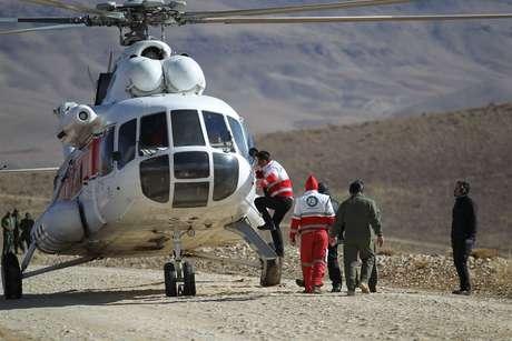Funcionários de emergência e equipes de resgate buscam destroços de avião que caiu no centro do Irã  19/02/2018 REUTERS/Tasnim News Agency