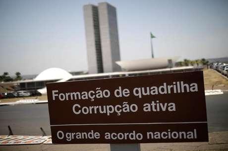 Placa de protesto contra a corrupção em frente ao Congresso, em Brasília 16/10/2017 REUTERS/Ueslei Marcelino