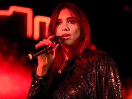 """Dua Lipa faz apresentação de """"IDGAF"""" junto com MØ, Zara Larsson, Alma e Charli XCX"""