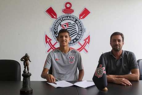 Matheus assinou contrato e posou ao lado do diretor de futebol Duílio Monteiro Alves (Foto: Daniel Augusto Jr)