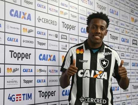 Moisés vestiu a camisa: lateral está emprestado até o fim de 2018 (Foto: Vitor Silva / SS Press / BFR)