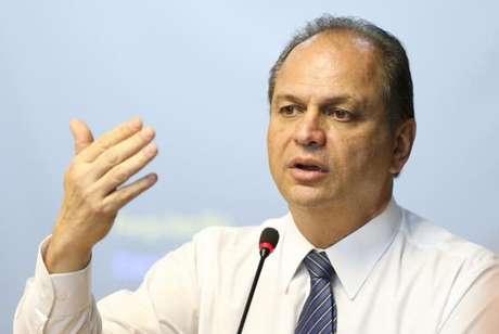 Ministro Ricardo Barros defende estratégia de vacinar toda a população de forma gradual