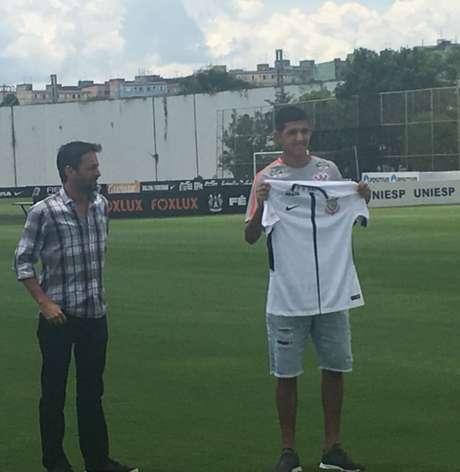 Matheus foi apresentado nesta quinta no CT e recebeu a camisa do diretor Duílio Monteiro Alves (Foto: Marcio Porto)
