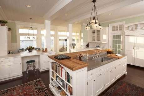9. Modelo de ilha para cozinha com espaço para livros