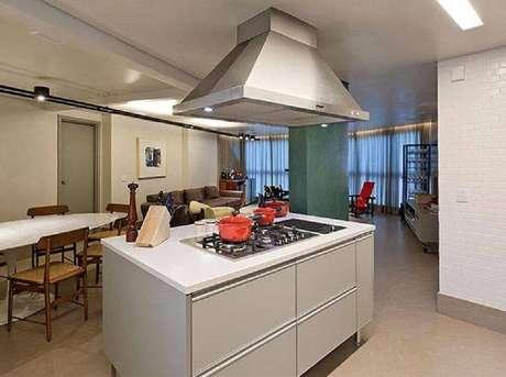7. A cozinha com ilha conjugada com sala de jantar é uma excelente forma para otimização do ambiente.