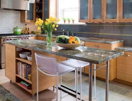 16. A cozinha com ilha pode ficar ainda mais aconchegante ao receber armários de madeira