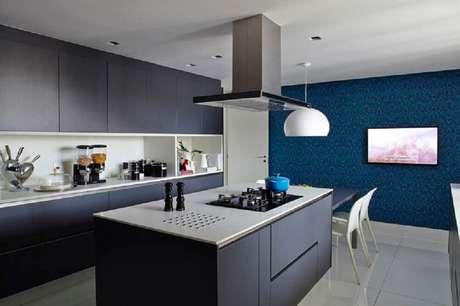 34. A cozinha com ilha em tons escuros ficou muito moderna e contemporânea