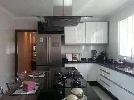 25. A cozinha planejada com ilha torna o ambiente mais funcional