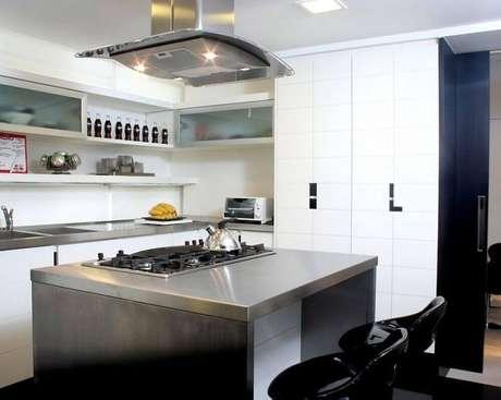 26. A ilha de aço inox dá um toque de modernidade na decoração da cozinha