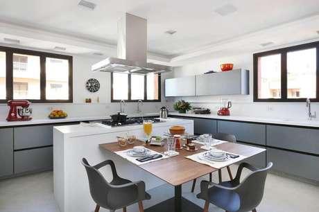 23. A cozinha com ilha conjugada com sala de jantar é excelente para receber amigos e familiares