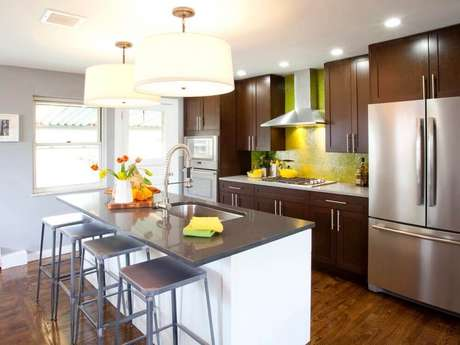 36. Cozinha bem bonita e moderna com pia na ilha