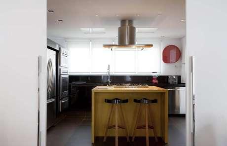 24. Ilha de madeira para cozinha