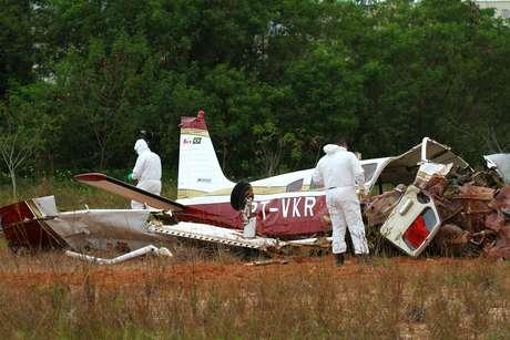 Avião de pequeno porte cai em um terreno a poucos metros do aeroclube e da Avenida Torquato Tapajós em Manaus (AM), na manhã dessa quinta-feira (22), deixando três mortos e dois feridos.