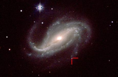 No canto inferior direito, há um pequeno ponto de luz, perto do fim de um braço espiral. Foi ali que nasceu a supernova. (Foto: Space.com)