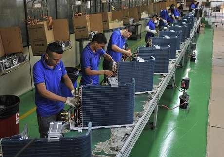 Funcionários trabalham em fábrica em Manaus 24/06/2014 REUTERS/Jianan Yu