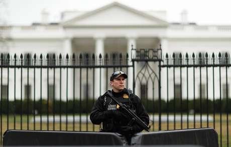 Mulher é presa após invadir barreira perto da Casa Branca com carro
