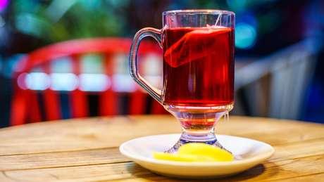 Estudo mostra que chá de frutas ácidas pode corroer os dentes