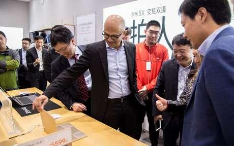 Satya Nadella observa produtos da Xiaomi com Windows 10 (Foto: Wang Xiang)