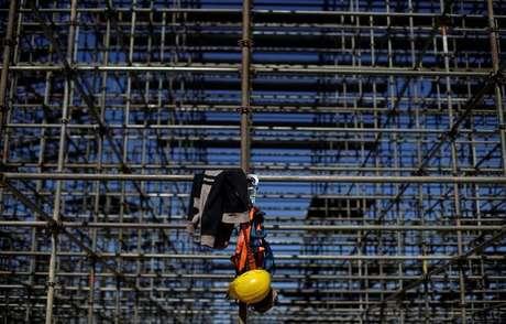 Uniforme é visto em construção na praia de Copacabana, no Rio de Janeiro 13/06/2016 REUTERS/Ricardo Moraes