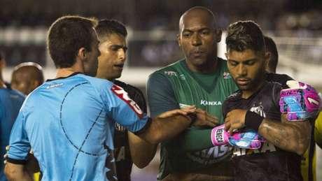 Gabriel levou o terceiro amarelo por não parar a jogada depois do apito do árbitro (Foto: Flavio Hopp/RAW Image)