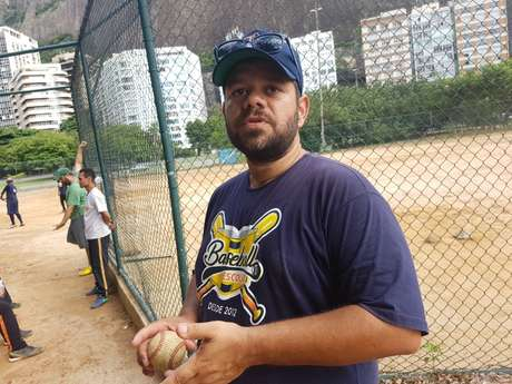 Uilson Oliveira ensina beisebol para crianças, jovens e adultos no Rio de Janeiro desde 2003. A falta de apoio já o obrigou a interromper seu projeto social.