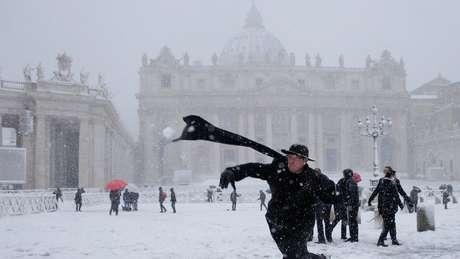 Até sacerdotes brincaram com a neve no Vaticano
