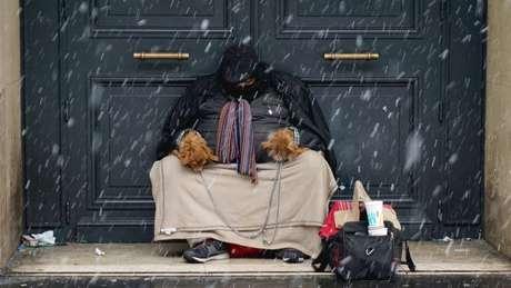 Autoridades em diferentes cidades estão preocupadas com os moradores de rua, pontenciais vítimas das baixas temperaturas