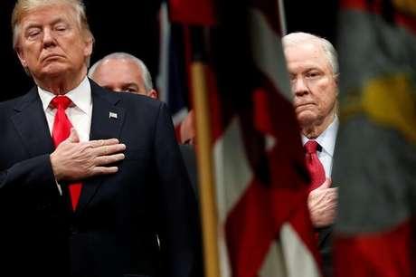 Presidente dos EUA, Donald Trump, ao lado do secretário de Justiça, Jeff Sessions REUTERS/Jonathan Ernst