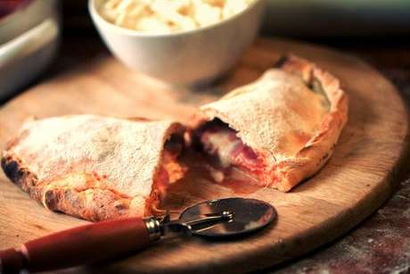 Calzone recheado com presunto, queijo e tomate