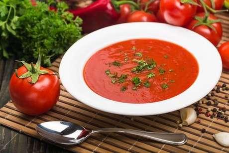 Sopa de tomate servido no prato fundo