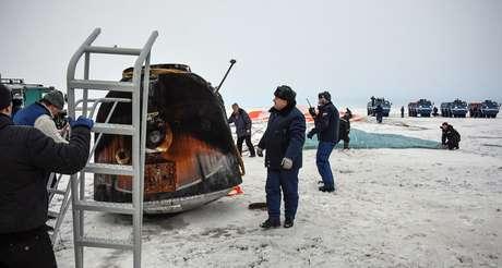 Equipe de resgate chega à capsula Soyuz no Cazaquistão