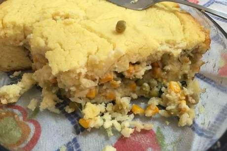 Torta de arroz recheada com ervilha e milho