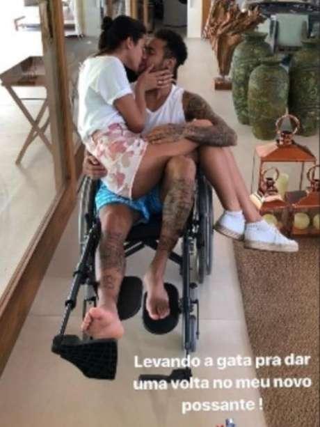 Aguardando a cirurgia que fará no pé direito, o jogador recebeu a visita de Bruna Marquezine