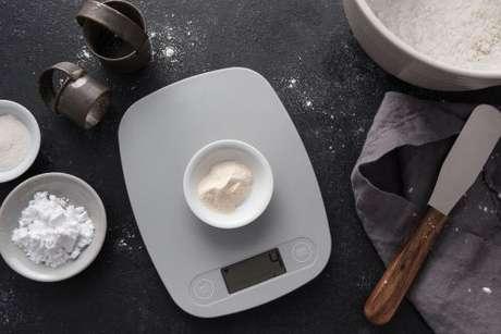 Goma xantana sendo medida em balança culinária