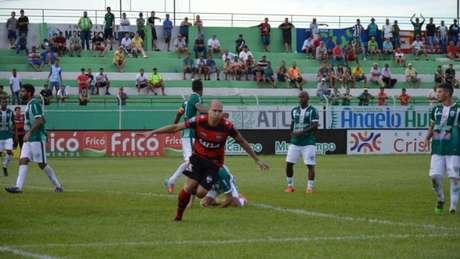 Tito sai para comemorar o gol que abriu o placar para a vitória do Dragão (Foto: Paulo Marcos/Atlético-GO)