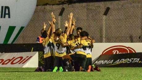 Jogadores do Criciúma ficam de joelhos e agradecem em um dos cinco gols do jogo (Foto: Ricardo Artifon/Concórdia)