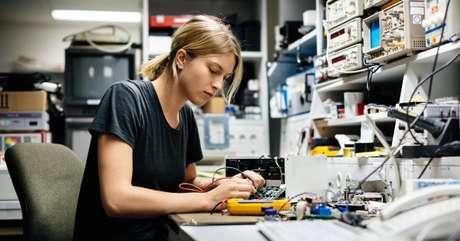 De acordo com o documento, 13,9% das programadoras com idades entre 18 e 24 começaram a codificar quando ainda estavam na escola. (Imagem: Getty Images)