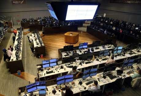 Visão geral de operadores trabalhando na Bolsa de Valores de São Paulo 24/05/2016 REUTERS/Paulo Whitaker