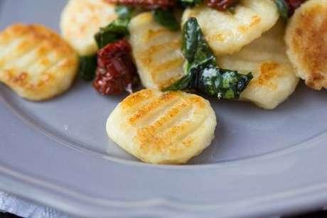 Nhoque frito com tomate seco e espinafre
