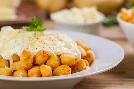 Nhoque frito com molho branco com queijo