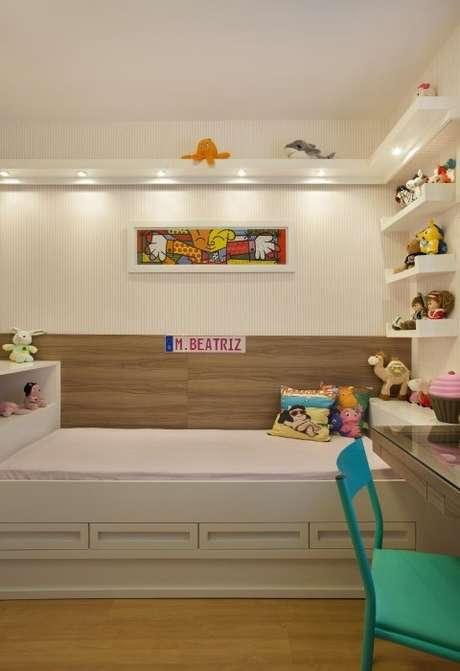 68. Quarto infantil planejado com bicama e prateleiras. Projeto de Cyntia Sabat