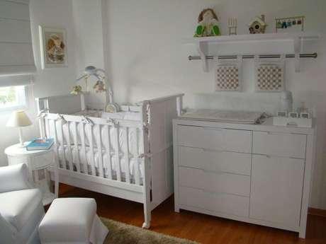 90. Quarto planejado de bebê com berço, cômoda com trocador e poltrona de amamentação. Projeto de Aline Driess