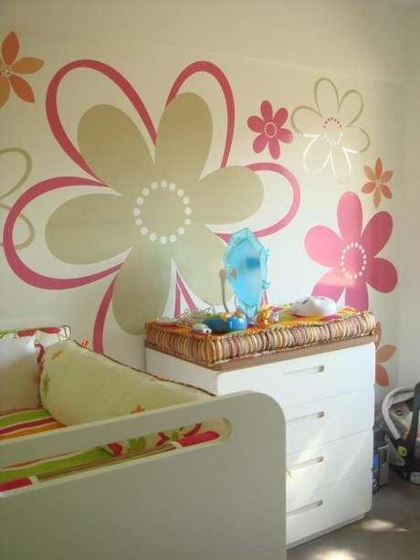 91. Os adesivos de parede podem dar um charme extra ao ambiente. Projeto de Le Saldanha