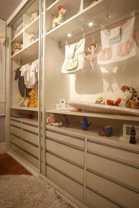 93. O guarda-roupa com portas de vidro transparente permite que o móvel seja usado também como uma forma de decorar o local. Projeto de Marel