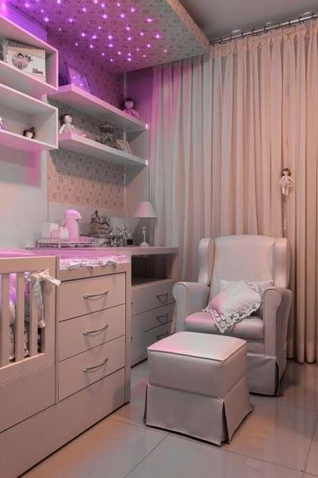77. Berço, trocador e poltrona de amamentação são o trio indispensável do quarto de bebê planejado. Projeto de Ana Cinthia Lopes
